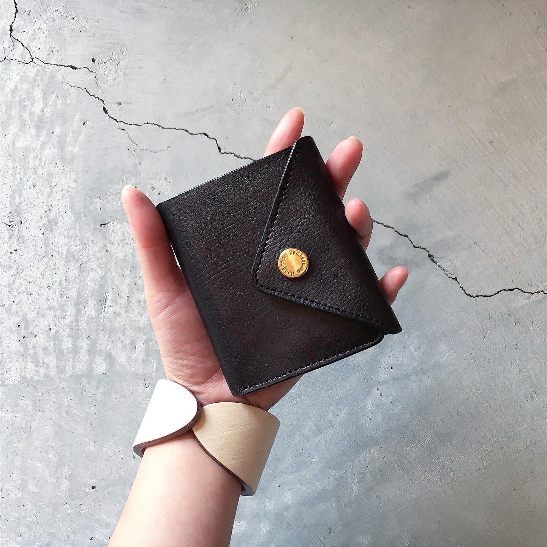*秋は実りの多い季節。お財布の中身も実り多くなるようにと毎年秋にお財布を購入する方も多くいらっしゃいます。今年もその10月に合わせて欠品中のお財布が出来上がって参ります。電子マネーやポイントカードアプリの普及によってお財布の小型化が進んでおり手のひらサイズのお財布が人気となっています。Damasquinaではお財布は小さくなり過ぎると使い勝手が・・・という懸念を、メインのお札・小銭はスペースを広く取り、構造の中でスペースを余すことなくカードの収納スペースにすることでそういった懸念を解消したデザインとなっております。また、長財布は逆にスマホや通帳が収納できるゆったりサイズのACCORDION POUCHなどが人気と時代に合わせて少しずつお財布の仕様も反映されていくとっても奥が深いカテゴリーだと感じます。皆様の生活が実り多いものとなりますように。。予定通りの出来上がりを目指して、1点1点手作業にて丁寧に製作しております。詳しくはWEB SHOPをご覧下さい。