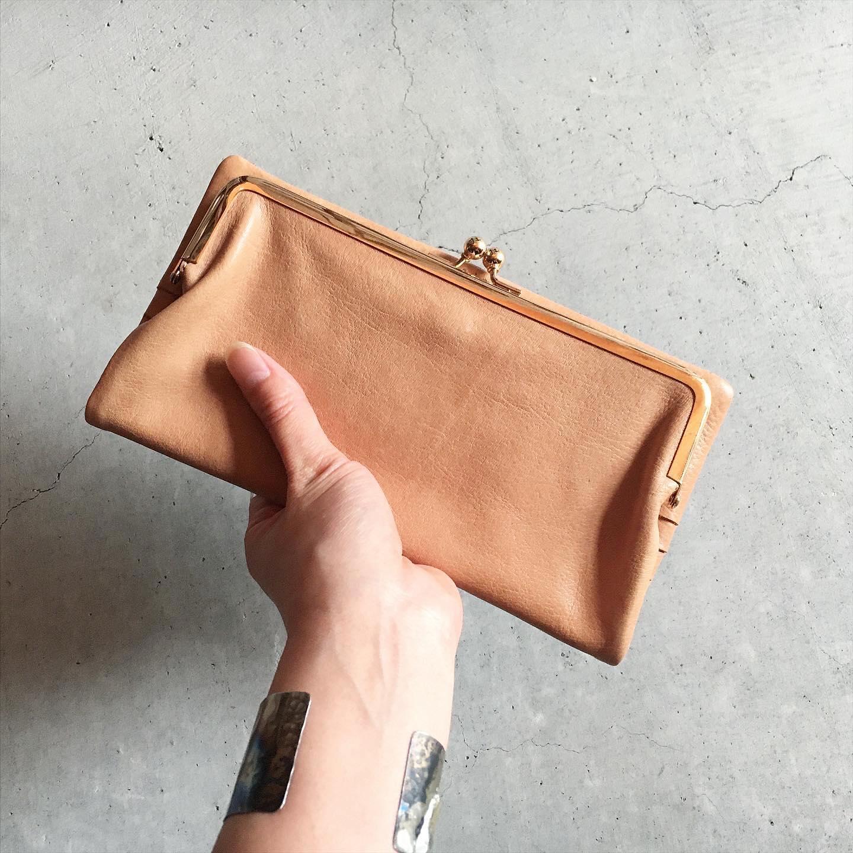 *Damasquina GAMAGUCHIシリーズの長財布はバッグの様なデザイン。大人っぽいすっきりとした仕様と革の経年変化で使い込むとより雰囲気が落ち着き良くなります。現代の生活スタイルにあわせて、スマホ*1や通帳・パスポートなど収納アレンジ出来る作りです。手に持つだけでお洋服と馴染みクラシカルな印象でお使い頂けます。詳しくはWEB SHOPをご覧下さい。*1 スマホの形状によっては収納できない場合がございます。詳しくはお問い合わせ下さいませ。