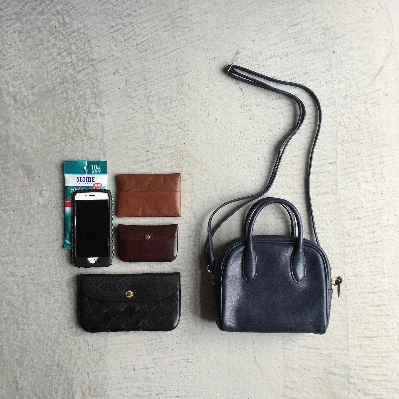 *Damasquinaの小さなBAG染め・洗い・叩き・削り・磨きを何度も繰り返し、時間と手間をかけその表情を確かめながら作り込んだオリジナルレザーの質感は柔らかく小さなBAGも見た目以上にお荷物の収納が可能です。ショルダーバッグの1つの用途に限らず、ハンドバッグ、クラッチバッグインバッグなど、シーンに合わせてお使い頂ける可愛い道具的バッグです。お天気やお手入れを気にせず、お洋服と併せて普段使いに気分が上がるお鞄を。詳しくはWEB SHOPをご覧下さい。